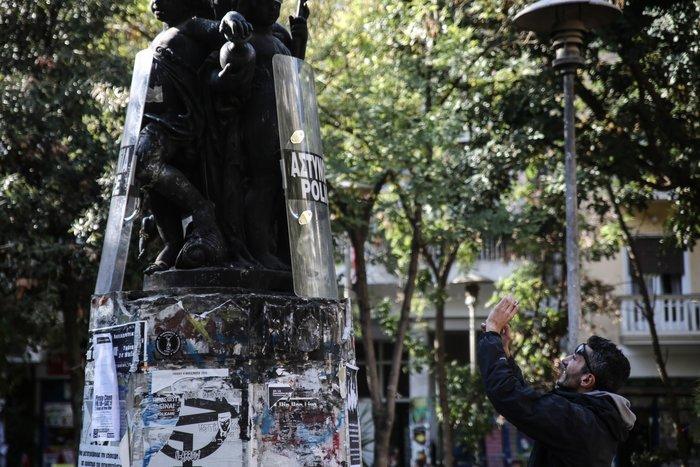 Εξάρχεια: Έκλεψαν κράνη & ασπίδες και τα ...στόλισαν σε άγαλμα - εικόνα 3