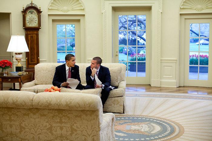 Ο αμερικανός πρόεδρος Μπαράκ Ομπάμα και ο διευθυντής των λογογράφων του μέχρι το 2013 Jon Favreau στον Λευκό Οίκο
