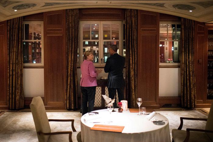 Το πριβέ δείπνο Ομπάμα-Μέρκελ στο Adlon και η χειραψία με τους αστυνομικούς