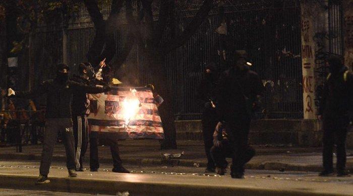 Αναζητούν κατόπιν εορτής τους νεαρούς που έκαψαν τη σημαία
