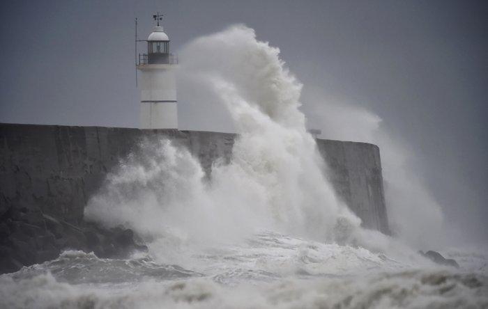 Ο τυφώνας Angus σφυροκοπά την Αγγλία - εγκλωβισμένοι επιβάτες σε πλοίο