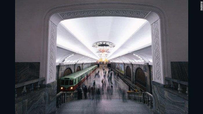 Κι όμως! Το πιο πολυτελές μετρό βρίσκεται στην Πιονγιάνγκ [Εικόνες] - εικόνα 7