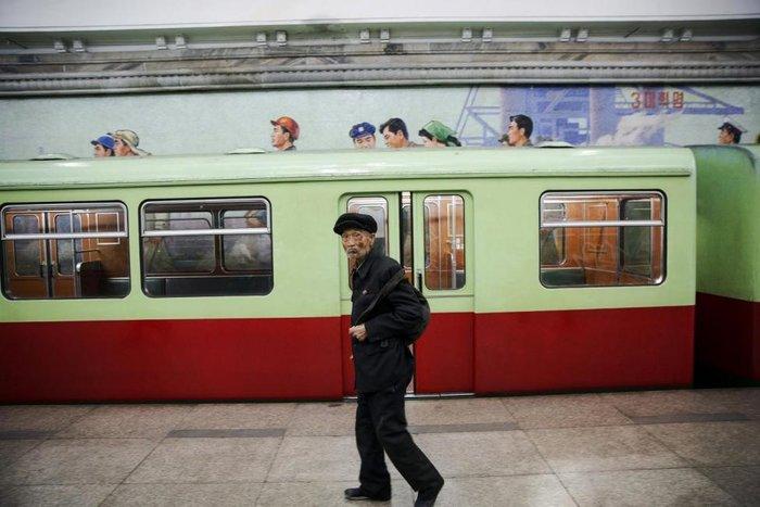Κι όμως! Το πιο πολυτελές μετρό βρίσκεται στην Πιονγιάνγκ [Εικόνες] - εικόνα 2