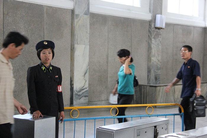 Κι όμως! Το πιο πολυτελές μετρό βρίσκεται στην Πιονγιάνγκ [Εικόνες] - εικόνα 6