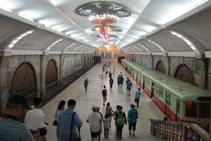 Κι όμως! Το πιο πολυτελές μετρό βρίσκεται στην Πιονγιάνγκ [Εικόνες] - εικόνα 11