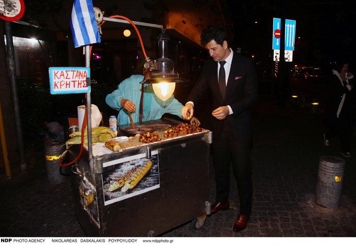 Τι τρώει μετά το ξενύχτι ο Σάκης Ρουβάς; Η στάση σε πλανόδιο [Εικόνες] - εικόνα 7