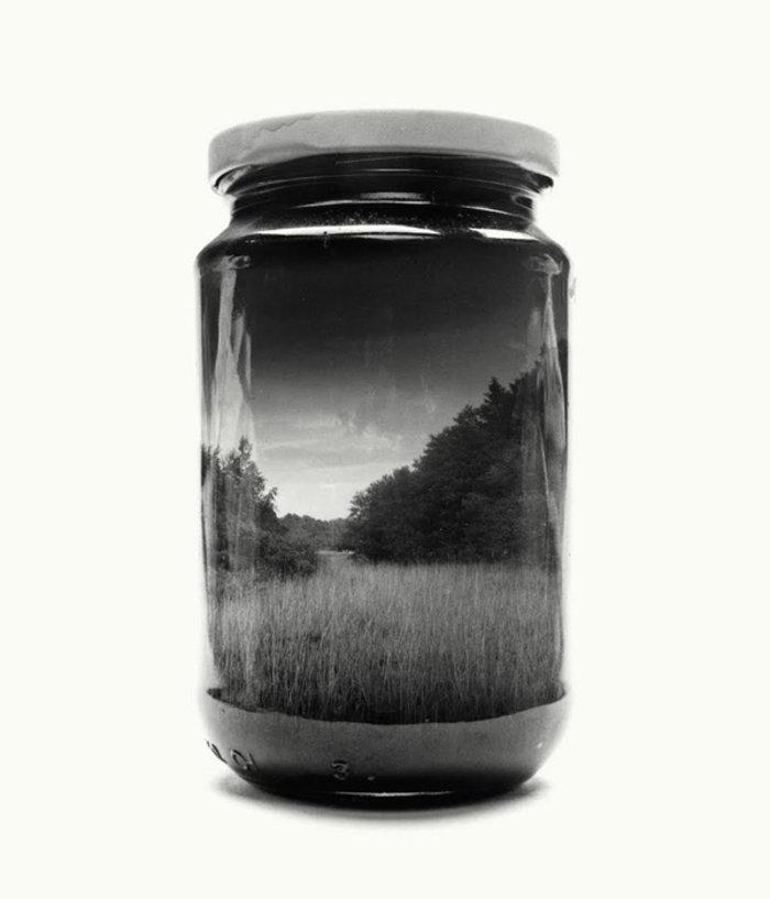 Φωτογράφος «εγκλώβισε» μέσα σε γυάλινα βάζα όλες του τις αναμνήσεις - εικόνα 2
