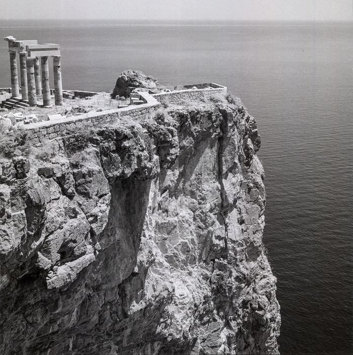 Λίνδος, Ρόδος. 1954. Ερείπια της ελληνικής στοάς στην Ακρόπολη.