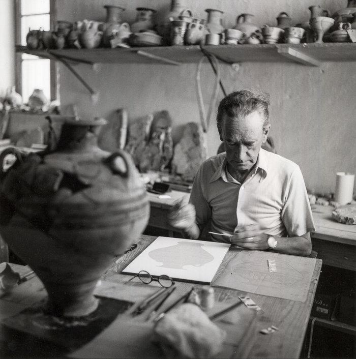 Πύλος 1955. Ο Piet de Jong, σπουδαίος εικονογράφος της αρχαιολογίας και αρχιτέκτονας, εργάζεται στο μουσείο της Χώρας σε υλικό από την ανασκαφή στο Παλάτι του Νέστορος, υπό τη διεύθυνση του Carl Blegen.