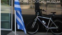 Το ποδήλατο του Κ. Στεφανόπουλου έξω από το Αρχαιολογικό Μουσείο