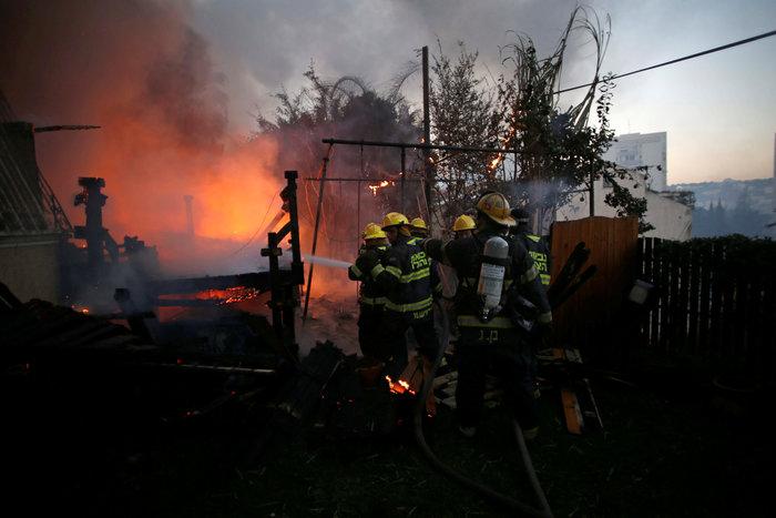 Ανελέητες οι φλόγες κατακαίνε ολόκληρες συνοικίες στη Χάιφα  - φωτό -