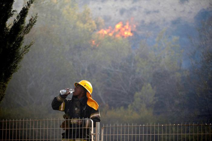 Ανελέητες οι φλόγες κατακαίνε ολόκληρες συνοικίες στη Χάιφα  - φωτό - - εικόνα 6