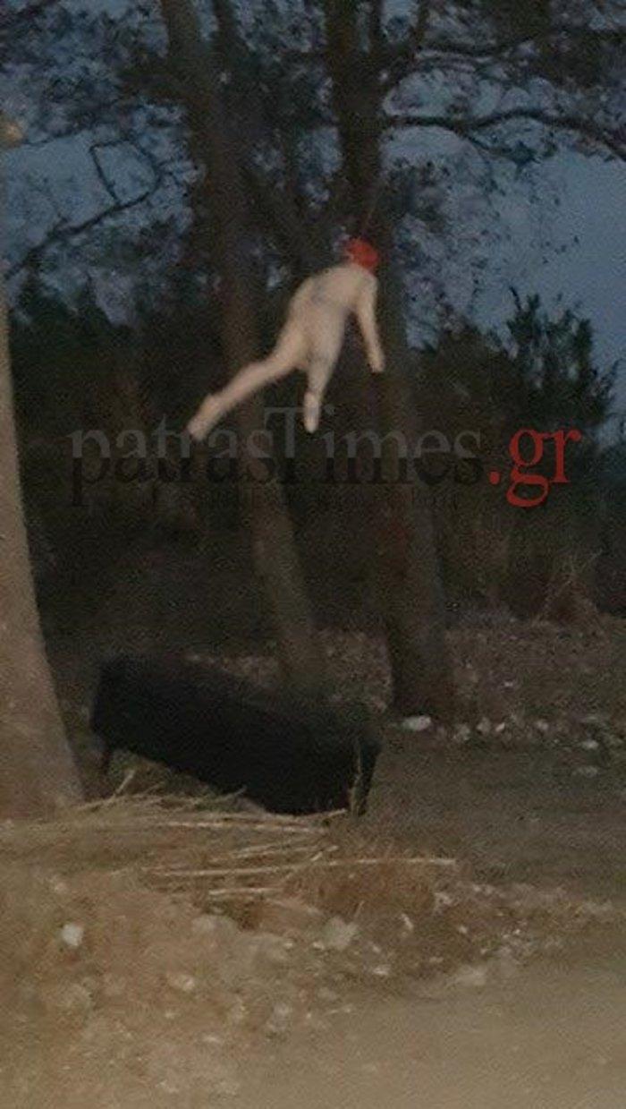 «Ψυχώ» στην Πάτρα με μια κρεμασμένη κούκλα και ένα φέρετρο- ΦΩΤΟ