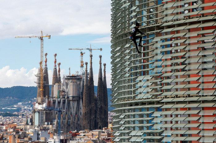 Γάλλος Σπάιντερμαν σκαρφάλωσε σε ουρανοξύστη χωρίς ασφάλεια