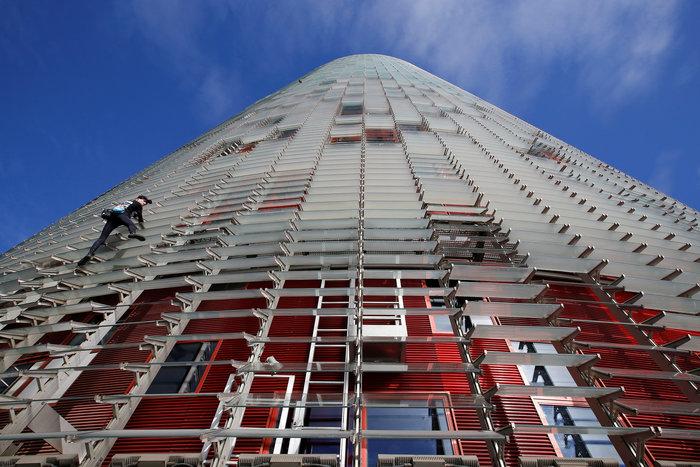 Γάλλος Σπάιντερμαν σκαρφάλωσε σε ουρανοξύστη χωρίς ασφάλεια - εικόνα 2