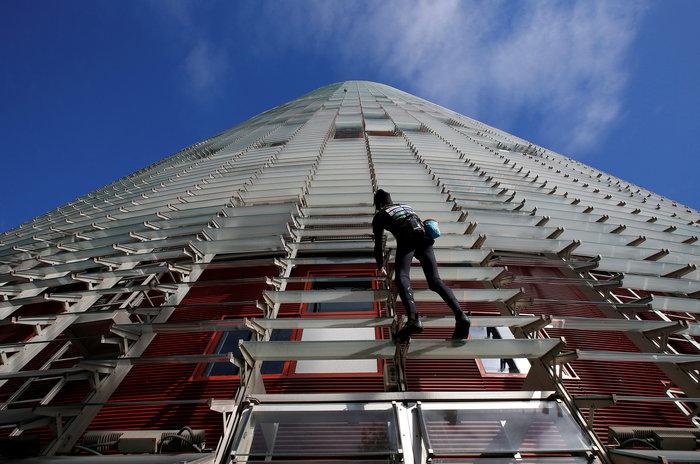 Γάλλος Σπάιντερμαν σκαρφάλωσε σε ουρανοξύστη χωρίς ασφάλεια - εικόνα 3