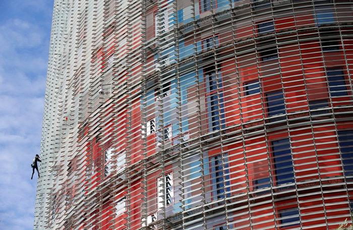 Γάλλος Σπάιντερμαν σκαρφάλωσε σε ουρανοξύστη χωρίς ασφάλεια - εικόνα 5