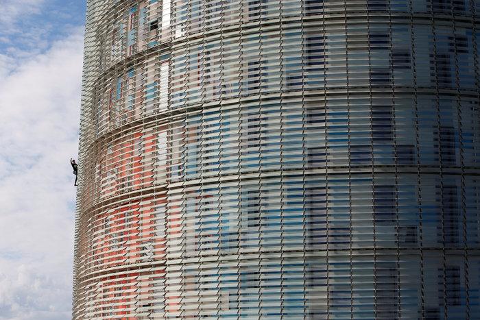 Γάλλος Σπάιντερμαν σκαρφάλωσε σε ουρανοξύστη χωρίς ασφάλεια - εικόνα 9