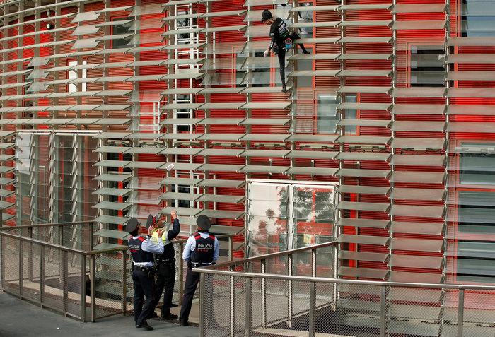 Γάλλος Σπάιντερμαν σκαρφάλωσε σε ουρανοξύστη χωρίς ασφάλεια - εικόνα 10
