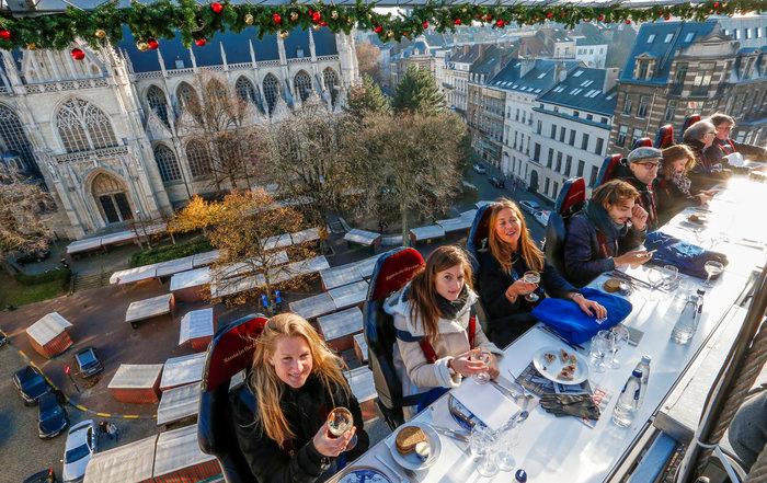 Το έλκηθρο του Αη Βασίλη έγινε... ιπτάμενο εστιατόριο στο Βέλγιο - εικόνα 2
