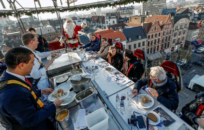 Το έλκηθρο του Αη Βασίλη έγινε... ιπτάμενο εστιατόριο στο Βέλγιο - εικόνα 3