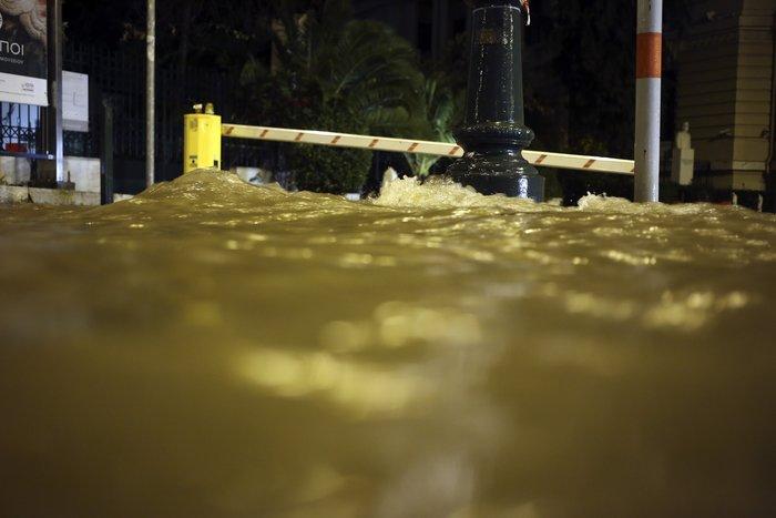 Σοβαρά προβλήματα στην Αττική από την σφοδρή καταιγίδα - εικόνα 2
