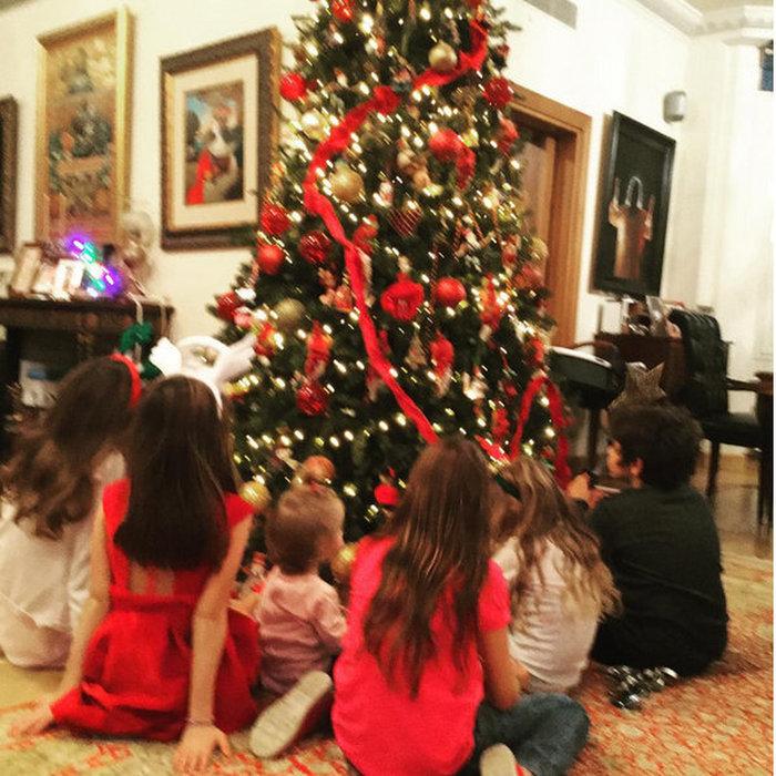 Στόλισαν το δέντρο τους η Ελένη και ο Ματέα. Υπέροχες εικόνες με τα παιδιά