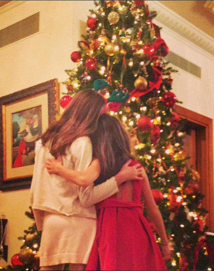 Στόλισαν το δέντρο τους η Ελένη και ο Ματέα. Υπέροχες εικόνες με τα παιδιά - εικόνα 2