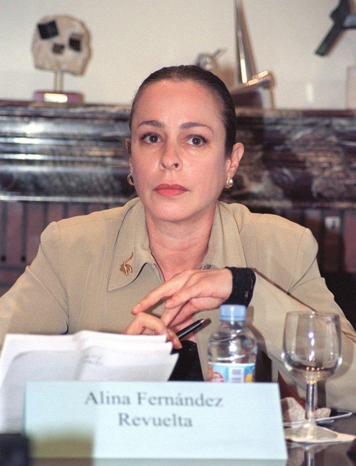 Η Αλίνα Φερνάντεζ Ρεβουέλτα, κόρη του Φιντέλ Κάστρο μιλά σε news conference ως μέλος του μη κυβερνητικού οργανισμού Judicial Watch στη Μαδρίτη τον Ιούλιο του 2003