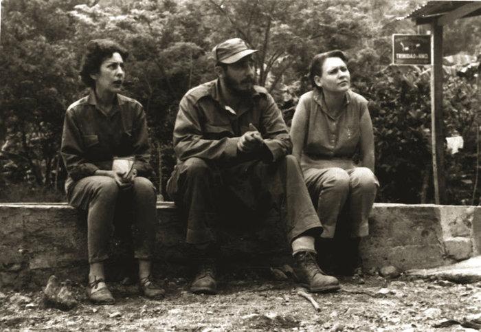 Ο Φιντέλ Κάστρο ανάμεσα στην Σέλια Σάντσες (αριστερά) και τη Χάιντι Σανταμαρία (δεξιά)