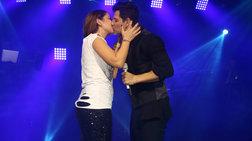 Ο Ρουβάς φίλησε στο στόμα κι άλλη τραγουδίστρια επί σκηνής [Εικόνες]