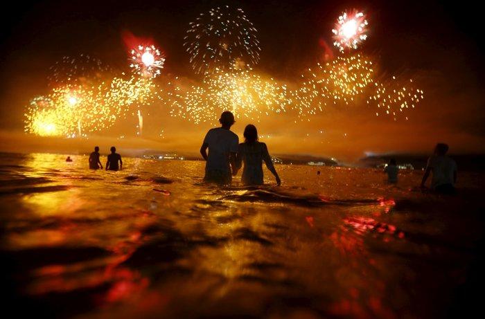 Ανθρωποι χαζεύουν τα πυροτεχνήματα στο Ρίο Ντε Τζανέιρο - Πρωτοχρονιά 2016