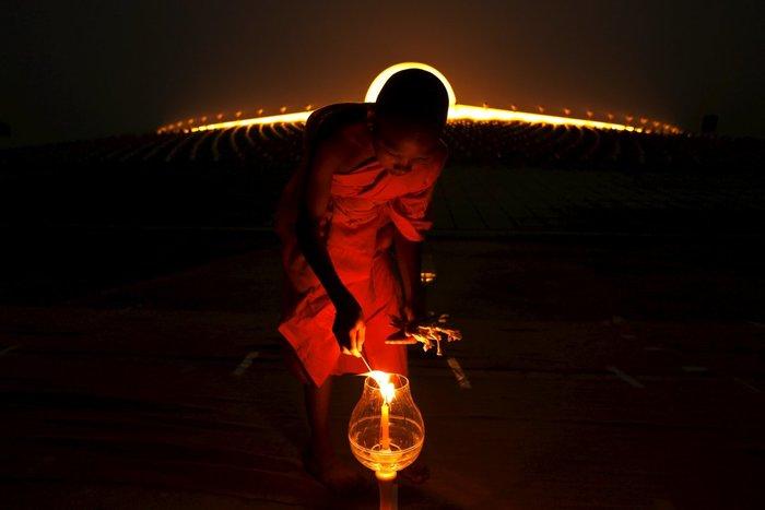 11 Φεβρουαρίου 2016, ένας μοναχός ανάβει ένα κερί - Μπανγκόκ