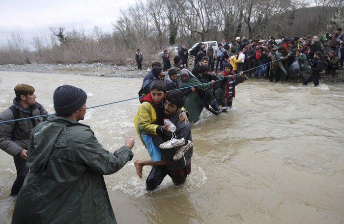 Πρόσφυγες κάνουν ανθρώπινη αλυσίδα για να περάσουν τα σύνορα Ελλάδας - Fyrom, 14 Μαρτίου