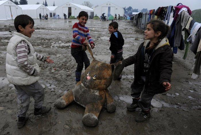 Προσφυγόπουλα παίζουν στη λάσπη στην Ειδομένη, 15 Μαρτίου