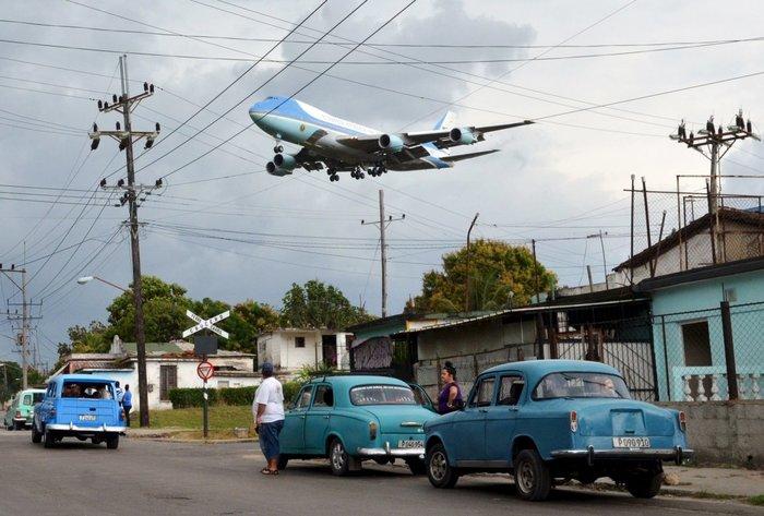 Το Air Force One - που μεταφέρει τον πρόεδρο Μπαράκ Ομπάμα και την οικογένειά του - πετά πάνω από μια γειτονιά στην Αβάνα, 20 Μαρτίου