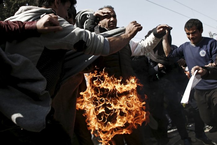 Πρόσφυγας βάζει φωτιά στον εαυτό του ζητώντας να ανοίξουν τα σύνορα Ελλάδας – Fyrom, 22 Μαρτίου