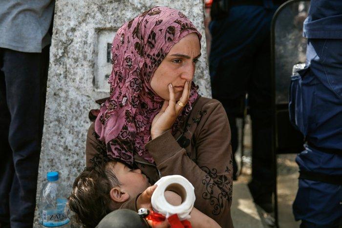 Μια μητέρα κρατά το παιδί της, στον αυτοσχέδιο καταυλισμό της Ειδομένης, 7 Απριλίου