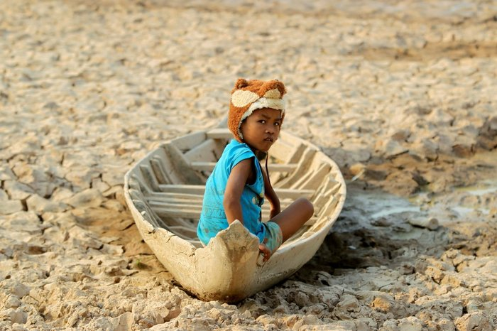 Ένα κορίτσι κάθεται σε μια βάρκα μέσα σε μια αποξηραμένη λίμνη, μετά την ξηρασία που έπληξε την επαρχία Κάνταλ στην Καμπότζη, 13 Μαΐου