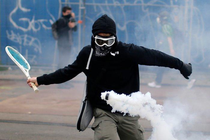 Ένας διαδηλωτής χρησιμοποιεί μια ρακέτα του τένις για να αποκρούσει δακρυγόνο κατά τη διάρκεια διαδήλωσης κατά των προτεινόμενων μεταρρυθμίσεων της εργατικής νομοθεσίας της κυβέρνησης, Γαλλία, 2 Ιουνίου