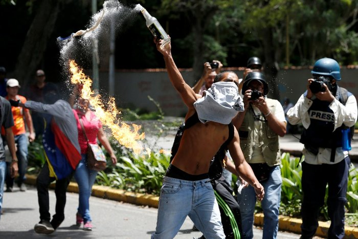 Διαδηλωτής ρίχνει Μολότοφ κατά τη διάρκεια διαμαρτυρίας φοιτητών κατά της κυβέρνησης της Βενεζουέλας στο Καράκας, Βενεζουέλα, 9 Ιουνίου
