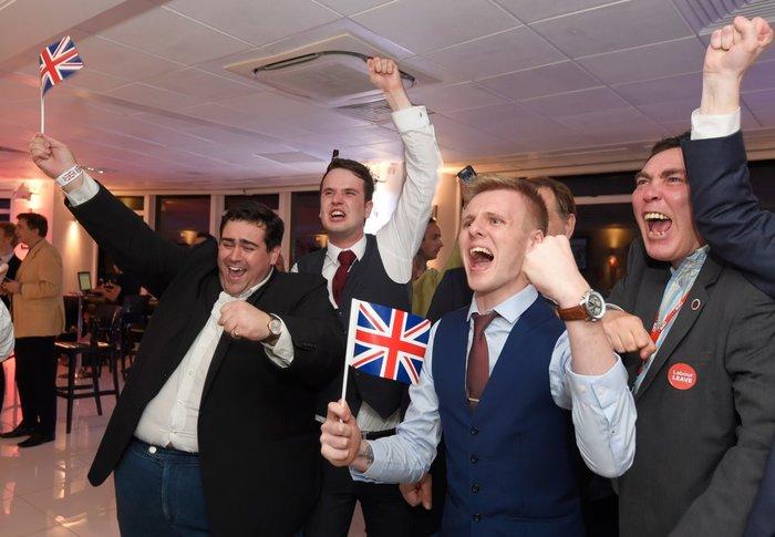 Οι υποστηρικτές του Brexit πανηγυρίζουν μετά το αποτέλεσμα του δημοψηφίσματος για την παραμονή ή όχι της Αγγλίας στην Ευρωπαϊκή Ένωση, Αγγλία, 23 Ιουνίου