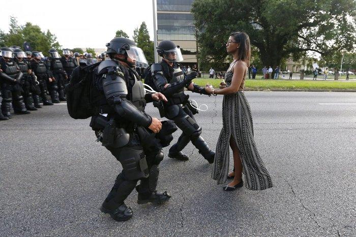 Μια διαδηλώτρια διαμαρτύρεται για τη δολοφονία του Alton Sterling ενώπιος ενωπίω με τα ματ, Μπατόν Ρουζ, Λουιζιάνα, 9 Ιουλίου