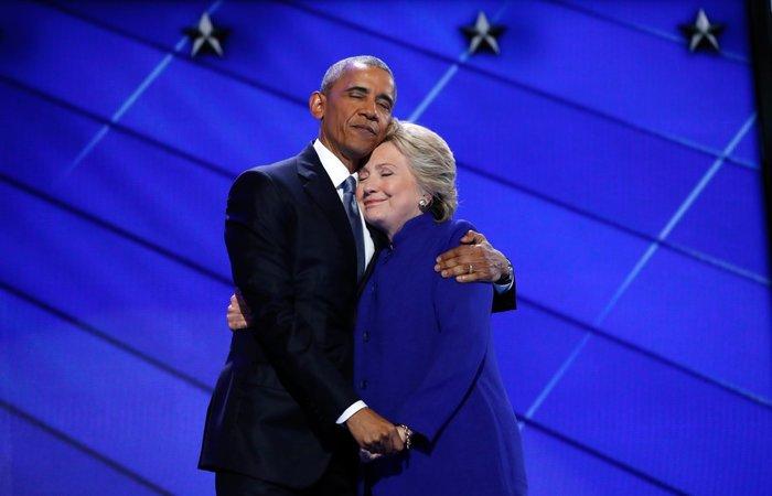 Η Χίλαρι Κλίντον αγκαλιάζει τον πρόεδρο Μπαράκ Ομπάμα, ενώ ανεβαίνει στη σκηνή στο τέλος της ομιλίας του στο συνέδριο των δημοκρατικών στη Φιλαδέλφεια, Πενσυλβάνια, 27 Ιουλίου