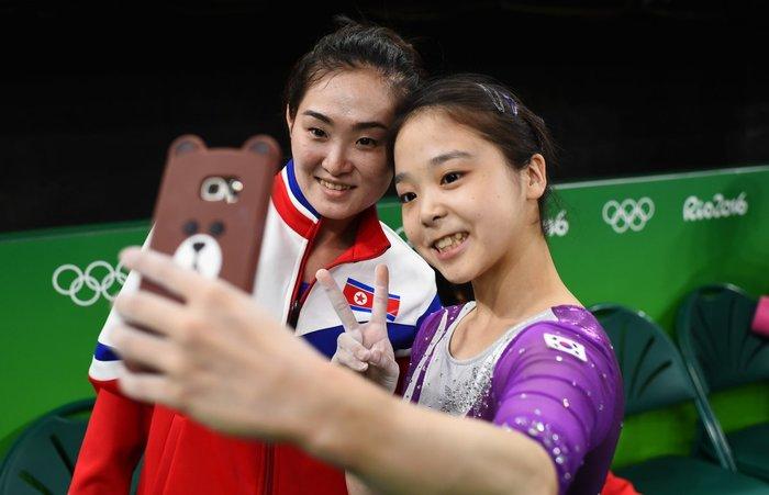 Η αθλήτρια Lee Eun-Ju της Νότιας Κορέας (δεξιά) βγάζει σέλφι με την Hong Un Jong από τη Βόρεια Κορέα (αριστερά) κατά τη διάρκεια των Ολυμπιακών Αγώνων, 4 Αυγούστου