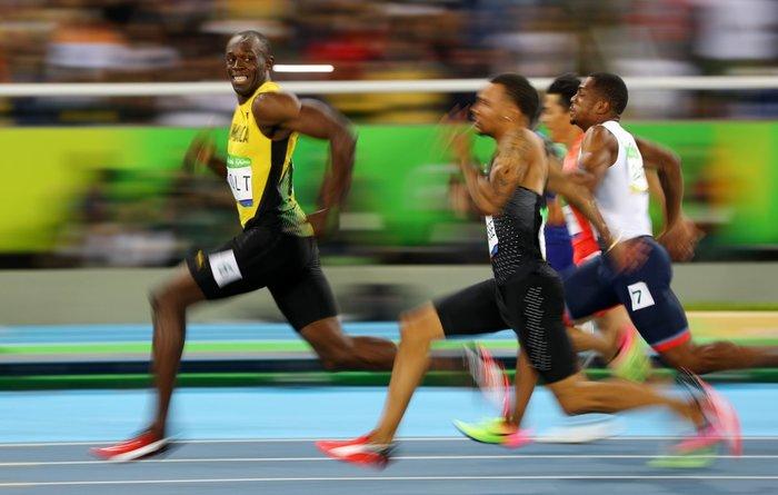 Ο Γιουσέιν Μπολτ παίρνει το προβάδισμα κατά τη διάρκεια των ημιτελικών στα 100 μέτρα ανδρών στους Ολυμπιακούς Αγώνες του Ρίο, Βραζιλία, 14 Αυγούστου