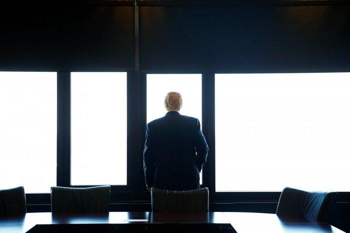 Ο νέος Πρόεδρος της Αμερικής Ντόναλντ Τραμπ αγναντεύει τη λίμνη Μίσιγκαν κατά τη διάρκεια επίσκεψής του στο Milwaukee County War Memorial Center στο Μιλγουόκι, Ουισκόνσιν, 16 Αυγούστου