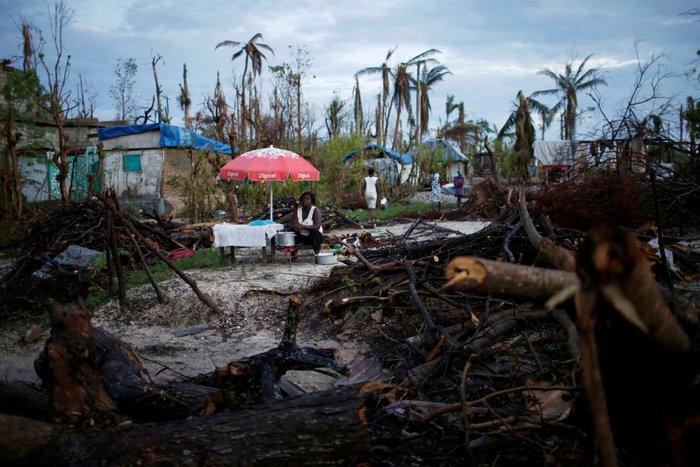 Πλανόδια πωλήτρια, περιμένει πελάτες μετά τον τυφώνα Matthew που χτύπησε την Αϊτή, 18 Οκτωβρίου