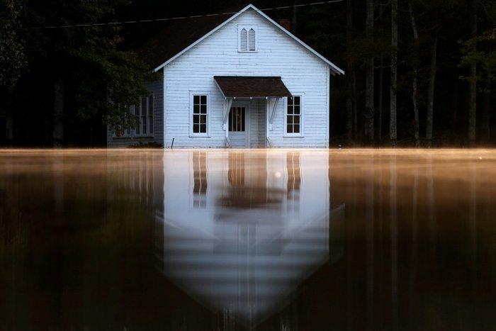 Ενα πλημμυρισμένο κτίριο μοιάζει να κολυμπάει μετά τον πέρασμα του τυφώνα Matthew, Βόρεια Καρολίνα, 11 Οκτωβρίου