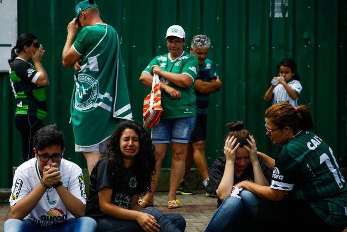 Οι οπαδοί της Chapecoense θρηνούν για τους νεκρούς ποδοσφαιριστές